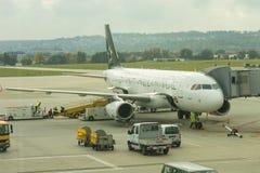 Ένα αεροπλάνο από τη συμμαχία έναρξης στο διεθνή αερολιμένα Stuttgar Στοκ Εικόνες