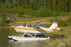 Ένα αεροπλάνο επιπλεόντων σωμάτων σε μια μικρή λίμνη στη βόρεια Βρετανική Κολομβία Στοκ εικόνα με δικαίωμα ελεύθερης χρήσης