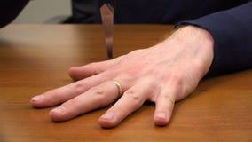 Ένα αιχμηρό αντικείμενο διαπερνά μεταξύ των δάχτυλων φιλμ μικρού μήκους