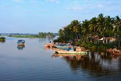 Ένα αλιευτικό σκάφος στο υπόβαθρο της αυγής Hoian Βιετνάμ στοκ εικόνες με δικαίωμα ελεύθερης χρήσης
