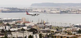 Ένα αμερικανικό αεριωθούμενο αεροπλάνο στην προσέγγιση πέρα από το στο κέντρο της πόλης Σαν Ντιέγκο Στοκ Φωτογραφία