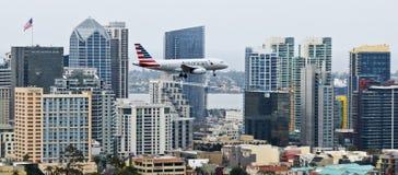 Ένα αμερικανικό αεριωθούμενο αεροπλάνο στην προσέγγιση πέρα από το στο κέντρο της πόλης Σαν Ντιέγκο Στοκ εικόνες με δικαίωμα ελεύθερης χρήσης