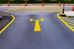 Ένα αμφίδρομο σύμβολο βελών στο δρόμο Στοκ εικόνα με δικαίωμα ελεύθερης χρήσης