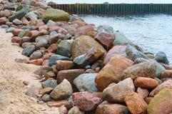 Ένα ανάχωμα των τεράστιων λίθων, κορυφογραμμή πετρών στην ακτή στοκ εικόνες με δικαίωμα ελεύθερης χρήσης