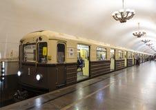 Ένα αναδρομικός-τραίνο ` Sokolniki `, τυποποιημένο ως πρώτο τραίνο του μετρό της Μόσχας Το μετρό της Μόσχας προς τιμή τη 83η επέτ Στοκ φωτογραφία με δικαίωμα ελεύθερης χρήσης