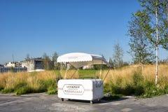 Ένα αναδρομικό περίπτερο για την πώληση των ποτών και του παγωτού στο πάρκο Zaryadye στοκ φωτογραφίες