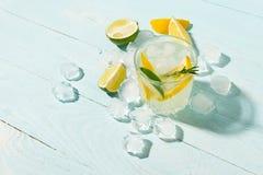 Ένα αναζωογονώντας ποτό ασβέστη λεμονιών με τους κύβους πάγου goblets γυαλιού σε ένα μπλε κλίμα Θερινό κοκτέιλ r στοκ εικόνα με δικαίωμα ελεύθερης χρήσης