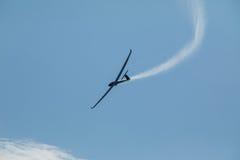 Ένα ανεμοπλάνο που πετά στο μπλε ουρανό εκτινάσσει το νερό πριν από την προσγείωση Στοκ Εικόνες