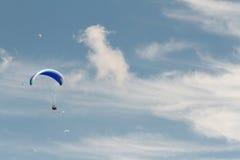 Ένα ανεμόπτερο επάνω στον ουρανό κατά τη διάρκεια μιας μύγας, που περιβάλλεται από το clou Στοκ Φωτογραφίες