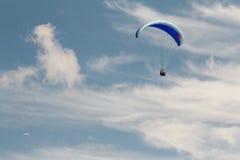Ένα ανεμόπτερο επάνω στον ουρανό κατά τη διάρκεια μιας μύγας, που περιβάλλεται από το clou Στοκ Φωτογραφία