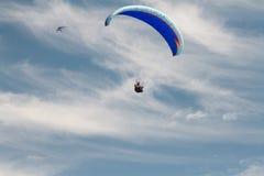 Ένα ανεμόπτερο επάνω στον ουρανό κατά τη διάρκεια μιας μύγας, που περιβάλλεται από το clou Στοκ εικόνες με δικαίωμα ελεύθερης χρήσης