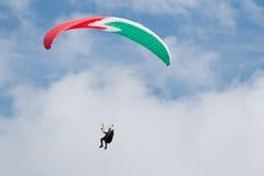 Ένα ανεμόπτερο επάνω στον ουρανό κατά τη διάρκεια μιας μύγας, που περιβάλλεται από το clou Στοκ φωτογραφίες με δικαίωμα ελεύθερης χρήσης