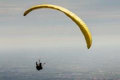 Ένα ανεμόπτερο επάνω στον ουρανό Στοκ εικόνα με δικαίωμα ελεύθερης χρήσης