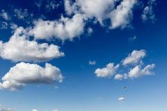 Ένα ανεμόπτερο που πετά ενάντια όμορφο σε έναν βαθύ, μπλε ουρανός, με μεγάλο Στοκ φωτογραφία με δικαίωμα ελεύθερης χρήσης
