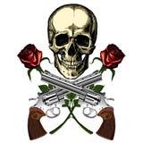 Ένα ανθρώπινο κρανίο με δύο πυροβόλα όπλα και δύο κόκκινα τριαντάφυλλα Στοκ φωτογραφία με δικαίωμα ελεύθερης χρήσης