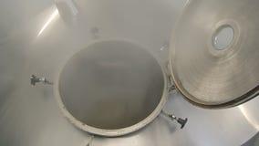 Ένα ανοιγμένο βυτιοφόρο της μπύρας απόθεμα βίντεο