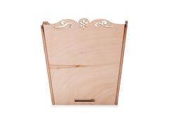 Ένα ανοιγμένο κιβώτιο για τα πολύχρωμα παιχνίδια, φραγμοί και κύβοι, που απομονώνονται σε ένα άσπρο υπόβαθρο Ένα ξύλινο στήθος γι Στοκ εικόνες με δικαίωμα ελεύθερης χρήσης