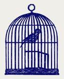 Ένα ανοικτά birdcage και ένα πουλί ορείχαλκου Στοκ φωτογραφία με δικαίωμα ελεύθερης χρήσης