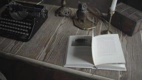 Ένα ανοικτό βιβλίο και μια γραφομηχανή στο γραφείο απόθεμα βίντεο