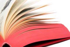 Ένα ανοικτό βιβλίο με την κόκκινη κάλυψη από μια γωνία Στοκ Εικόνες