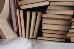 Ένα ανοικτό βιβλίο στη βιβλιοθήκη Στοκ φωτογραφία με δικαίωμα ελεύθερης χρήσης