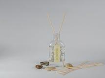 Ένα ανοικτό μπουκάλι της μυρωδιάς πετρελαίου με το διασκορπιστή ραβδιών Στοκ φωτογραφία με δικαίωμα ελεύθερης χρήσης