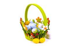 Ένα απομονωμένο καλάθι με τα αυγά Πάσχας στα χρώματα κρητιδογραφιών Στοκ Εικόνες