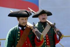 Ένα απόσπασμα των μελών της λέσχης των στρατιωτικών reenactors της φρουράς του φρουρίου (μουσείο πόλεων) Στοκ φωτογραφία με δικαίωμα ελεύθερης χρήσης