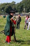 Ένα απόσπασμα των μελών της λέσχης των στρατιωτικών reenactors της φρουράς του φρουρίου (μουσείο πόλεων) Στοκ φωτογραφίες με δικαίωμα ελεύθερης χρήσης