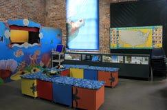 Ένα από πολλά εκπαιδευτικά δωμάτια όπου οι επισκέπτες μαθαίνουν για την προσοχή των πλασμάτων θάλασσας, κέντρο χελωνών θάλασσας,  Στοκ εικόνα με δικαίωμα ελεύθερης χρήσης