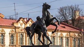 Ένα από τα σύμβολα της Αγία Πετρούπολης - γλυπτά των αλόγων Klodt στη γέφυρα Anichkov πέρα από το Fontanka Στοκ εικόνα με δικαίωμα ελεύθερης χρήσης