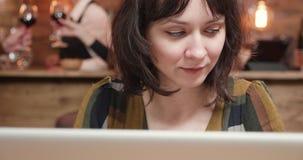 Ένα αρκετά νέο θηλυκό freelancer που εργάζεται σε ένα εστιατόριο απόθεμα βίντεο
