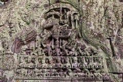 Ένα αρχαίο ανώφλι που καλύπτεται εν μέρει με την πράσινη λειχήνα σε Angkor Wat Στοκ Φωτογραφία