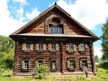 Ένα αρχαίο κατοικημένο ξύλινο σπίτι από τη μουσείο-επιφύλαξη Kostromskaya Sloboda Στοκ Εικόνες