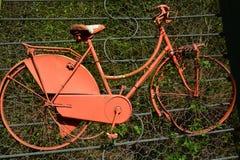 ένα αρχαίο συντριφθε'ν κόκκινο ποδήλατο στοκ εικόνα