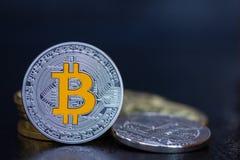 Ένα ασημένιο νόμισμα Bitcoin με το χρυσό Β Στοκ φωτογραφία με δικαίωμα ελεύθερης χρήσης