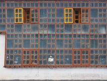 Ένα ασυνήθιστο υπόβαθρο grunge φιαγμένο από τοίχο γυαλιού, που διπλώνεται με τα εκλεκτής ποιότητας ξύλινα ξύλινα πλαίσια, δύο φωτ Στοκ Εικόνα