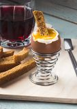 Ένα αυγό βρωμίζει με τις κροτίδες και το χυμό κερασιών στοκ φωτογραφία