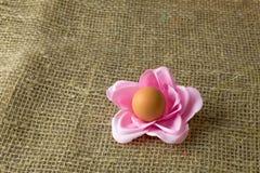 Ένα αυγό με μορφή ενός λουλουδιού στις διακοπές Πάσχας στοκ εικόνες