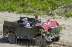 Ένα αυτοκίνητο με τους στρατιώτες και μια νοσοκόμα Wehrmacht στην αναδημιουργία των γεγονότων του μεγάλου πατριωτικού πολέμου r στοκ φωτογραφία με δικαίωμα ελεύθερης χρήσης