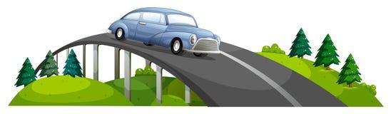 Ένα αυτοκίνητο που περνά πέρα από τη γέφυρα Στοκ Εικόνα