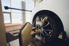 Ένα αυτοκίνητο Balancer τιμονιών αυτοκινήτων και βαθμολογεί με τον ανακλαστήρα λέιζερ συνδέεται σε κάθε ρόδα με την κεντρική οδήγ στοκ εικόνα με δικαίωμα ελεύθερης χρήσης
