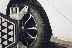 Ένα αυτοκίνητο Balancer τιμονιών αυτοκινήτων και βαθμολογεί με τον ανακλαστήρα λέιζερ συνδέεται σε κάθε ρόδα με την κεντρική οδήγ στοκ εικόνες