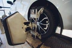 Ένα αυτοκίνητο Balancer τιμονιών αυτοκινήτων και βαθμολογεί με τον ανακλαστήρα λέιζερ συνδέεται σε κάθε ρόδα με την κεντρική οδήγ στοκ εικόνες με δικαίωμα ελεύθερης χρήσης