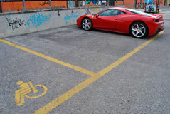 Ένα αυτοκίνητο Ferrari σε έναν εκτός λειτουργίας κόλπο χώρων στάθμευσης Στοκ φωτογραφίες με δικαίωμα ελεύθερης χρήσης