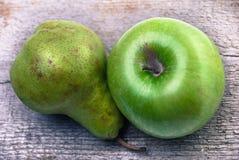 Ένα αχλάδι και ένα μήλο στο λευκό Στοκ Φωτογραφίες