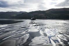 Ένα αλιευτικό σκάφος και ένα ασημένιο νερό Στοκ Εικόνες