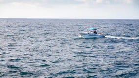 Ένα αλιευτικό σκάφος στον ορίζοντα στην απόσταση απόθεμα βίντεο