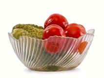 Ένα βάζο με τις ντομάτες και τα αγγούρια Στοκ φωτογραφία με δικαίωμα ελεύθερης χρήσης
