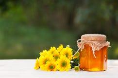 Ένα βάζο του μελιού λουλουδιών και των κίτρινων λουλουδιών Θερινή εποχή διάστημα αντιγράφων Στοκ φωτογραφία με δικαίωμα ελεύθερης χρήσης